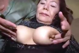 imagen Pervertido abusa de una vieja asiática gorda