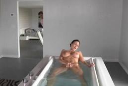 Pilló a su tía masturbándose en la bañera