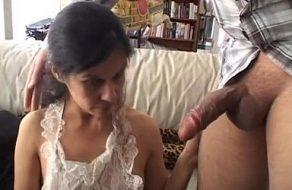 imagen Jefazo cachondo dándole fuerte en el coño a la sirvienta latina