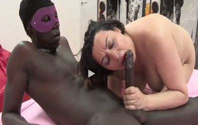 Madura española se folla a un negro