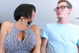 imagen Joven nerd excitado con la madre de su amigo