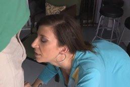 Sara Jay oliendo la polla del electricista