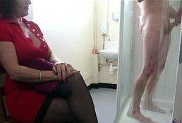 imagen Madre voyeur espía a su hijastro en la ducha