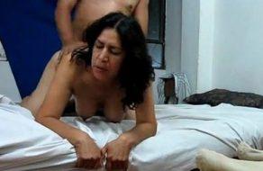 imagen Esposa mexicana de buenas tetas gime mientras folla a cuatro patas