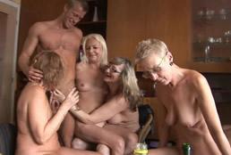 imagen Orgía de viejas borrachas con estudiantes universitarios