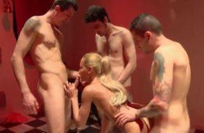 imagen Esposa española follada por un grupo de tíos delante de su marido