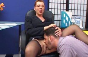 Jefa le obliga a su becario a que le chupe el coño y la folle