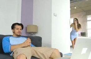 imagen Mami le descubre pajeándose y le ofrece sexo para echar un polvazo