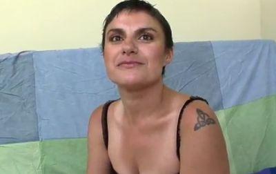 Madura española pierde la virginidad de su culo