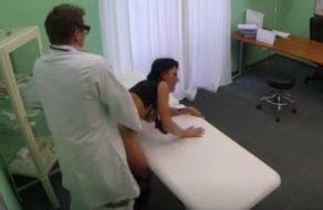 Madura visita al médico para una revisión y le mete toda la polla