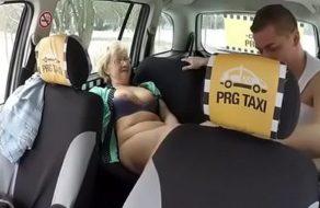 imagen Vieja cachonda se deja follar por el taxista al no poder pagarle