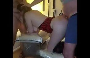 Esposa caliente compartida por su marido con dos buenos machos