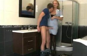 La chacha accede a follar con el hijo de la casa donde limpia y la encula