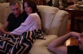 imagen Madre pajea a su hijo mientras su marido duerme