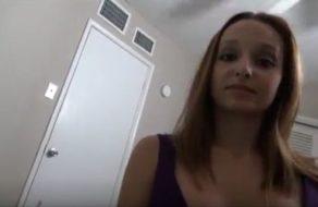 Mami tetona despierta a su hijo con una mamada y un creampie