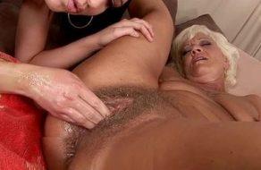 imagen Lesbiana le mete el puño en el coño peludo a una vieja muy guarra