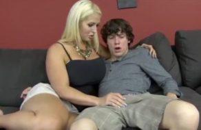 imagen Madre tetona seduce a su hijo para echar el mejor polvo de su vida