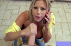 Madurita muy zorra chupa polla mientras habla por teléfono