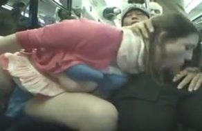 imagen Desconocido abusa de una mujer en el tren y la obliga a chupar