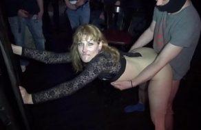 imagen Esposa viciosa follada por turnos por todos los hombres de un bar