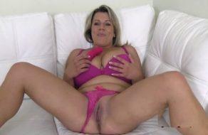 imagen Madura tímida pasa la prueba para ser una actriz porno muy cerda