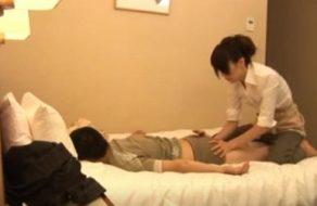 Empleada de hotel da un masaje a su cliente y se lo folla para relajarle