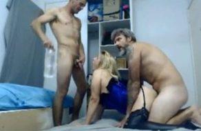 imagen Esposa rubia y caliente hace un trío mientras la ven en la webcam