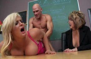 imagen Directora obliga a que dos de sus profesores follen delante de ella