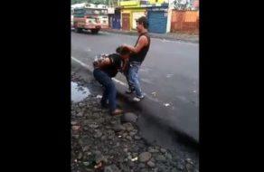 Gorda borracha hace una mamada en mitad de la calle