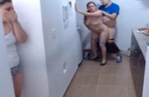 imagen Hija descubre a su madre follando y se intenta unir para hacer un trío