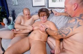 Marido cornudo satisface a su esposa organizándole un trío con dos hombres