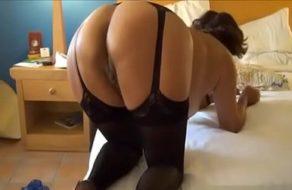 Vieja viciosa se pone lencería para que su marido le folle bien el culo