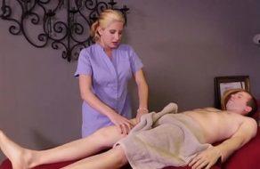 Masajista rubia le hace una buena paja a uno de sus clientes