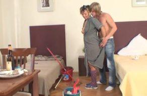 Acosa a su madre mientras limpia y la presiona para abusar de ella