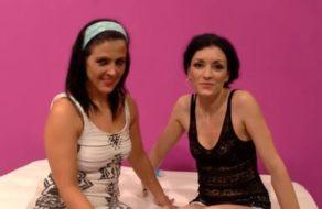 imagen Maduritas españolas lesbianas se meten un gran consolador en sus coños