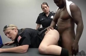imagen Policías corruptas con tetazas se aprovechan de la polla de un recluso