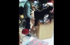 Jefe se folla a su empleada en el mostrador de una tienda de chinos
