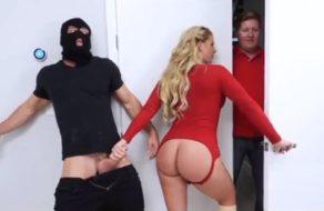 imagen MILF ansiosa de sexo se folla a un ladrón que entra en casa