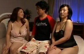 imagen Maduras japonesas invitan al joven vecino para follárselo entre las dos