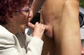 Acoge a una abuela en su coche a cambio de una buena mamada