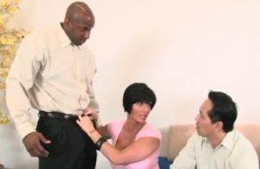 imagen Esposa ninfómana le pide permiso a su marido para follar con un negro