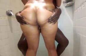 Agarra el culazo de su esposa y le mete una follada en la ducha