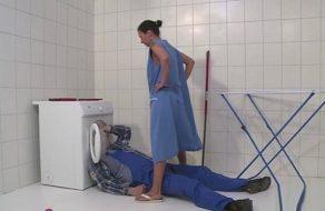 imagen Ama de casa paga al fontanero echándole un buen polvo