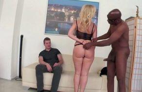 imagen Esposa viciosa follada por un negro delante de su marido