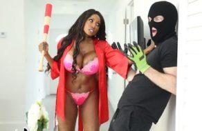 imagen Madura viciosa somete a un ladrón que entra en casa y se lo folla