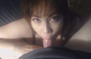 imagen Esposa sumisa asiática le chupa la polla durante diez minutos a su marido