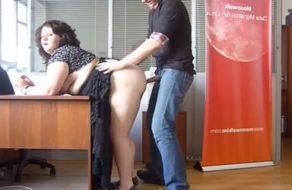 imagen La empleada más gorda de la oficina follada duramente por su jefe