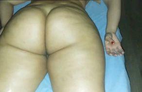 Manosea sexualmente a una madura que ha ido a hacerse un masaje