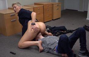 Policía muy viciosa obliga a un delincuente a que se la folle en comisaría