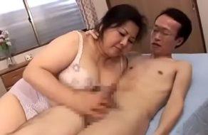 imagen Vieja japonesa hace un trío chupando la polla de su marido y la de su hijo